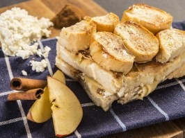 Bread pudding with apples and cinnamon [Adventure Menu]